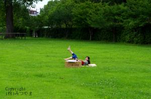 草原で寝転ぶ