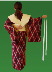 腰紐を使い、お太鼓を固定していく