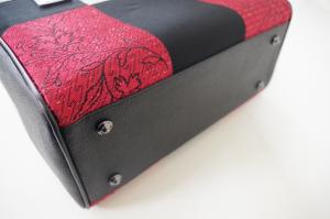 赤い和柄トートバッグ・底鋲写真