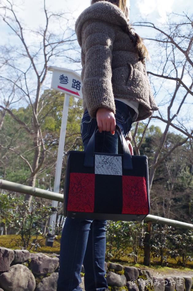 金閣寺を見学するリメイクバック女子