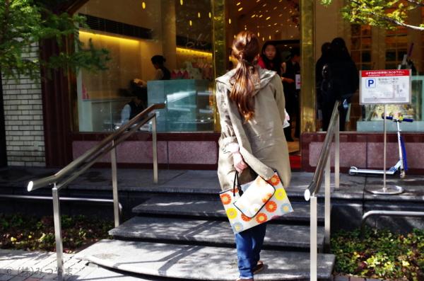 店に入ろうとする和柄バッグ女子