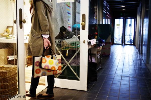 雑貨屋に入ろうとする和装バッグ女子