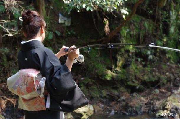 着物で渓流釣り・振りかぶる