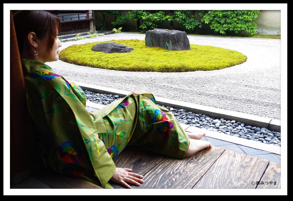 大徳寺、龍源院の枯山水の庭でくつろぐ浴衣女子