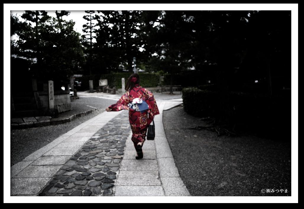 大徳寺を走る浴衣女子