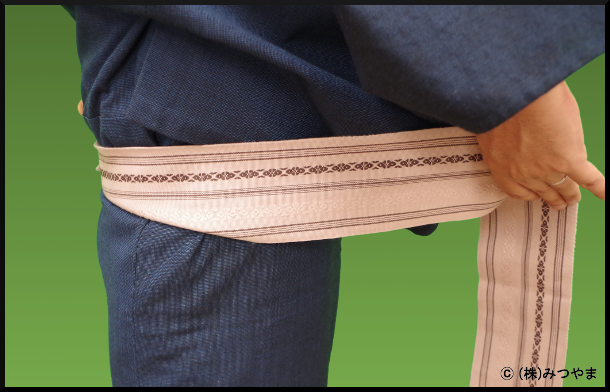 脇腹で帯を広げる説明