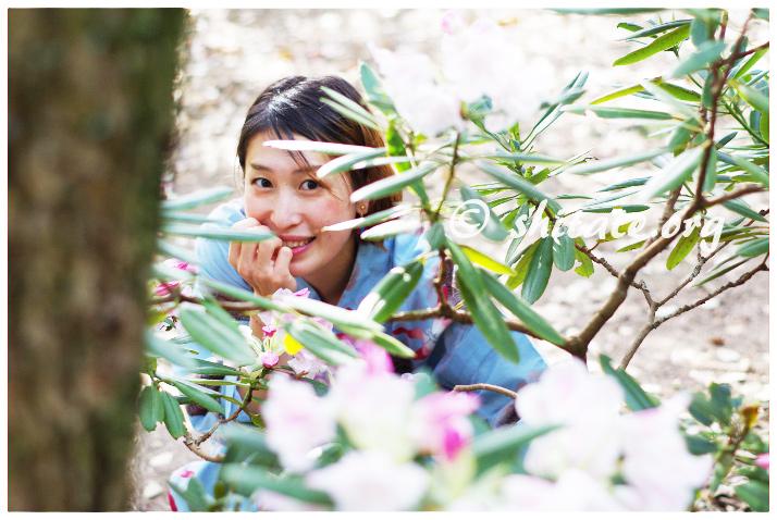 浴衣のモテ仕草・かわいい花や小物の隙間から顔を出す