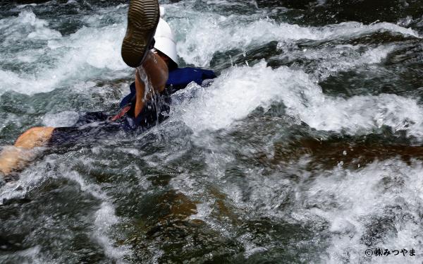 水中で帯の両端をぐっと引っ張る