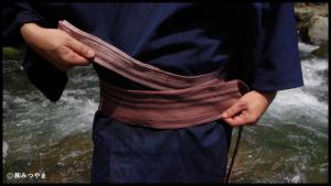 男の浴衣帯の結び方・胴に巻いていく7