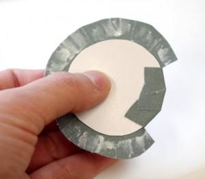 台紙のハギレ部分を折り込んでいく。
