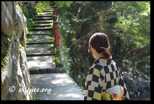 モダン着物女子と指月亭の川に降りる階段