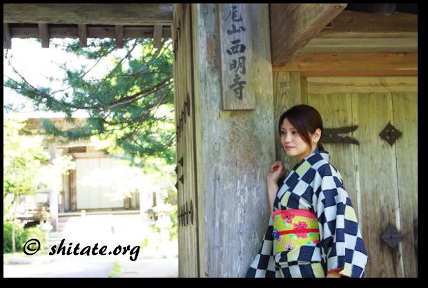 モダン着物女子と西明寺の門