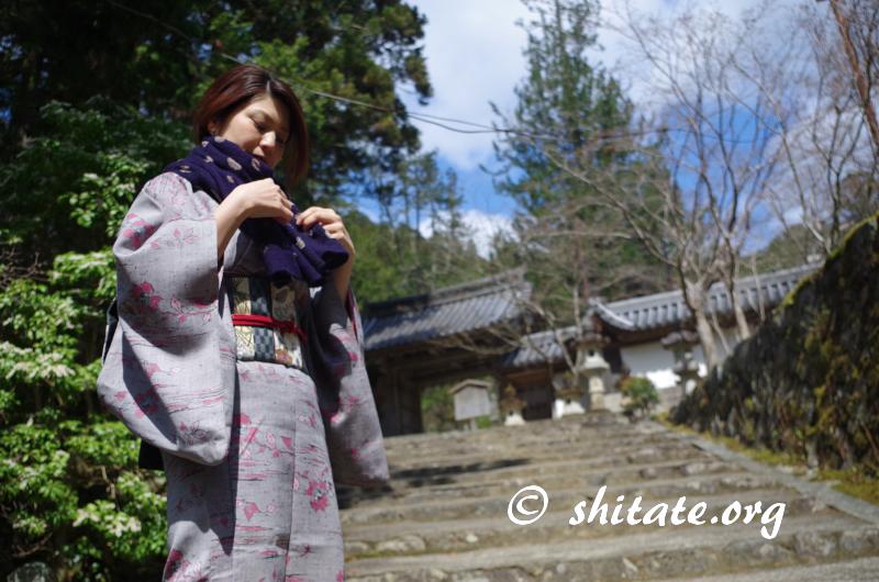 着物ポートレート写真・西明寺の前の着物女子