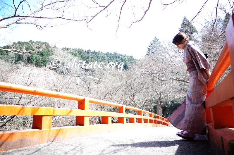 着物ポートレート写真・橋にもたれる着物女子
