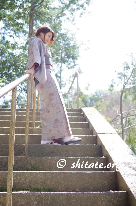 着物ポートレート写真・階段で手すりにもたれる着物女子