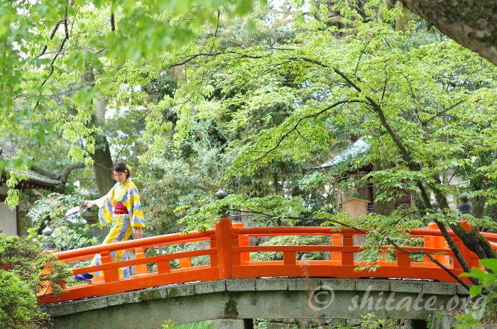 橋を渡る浴衣女子のポートレート