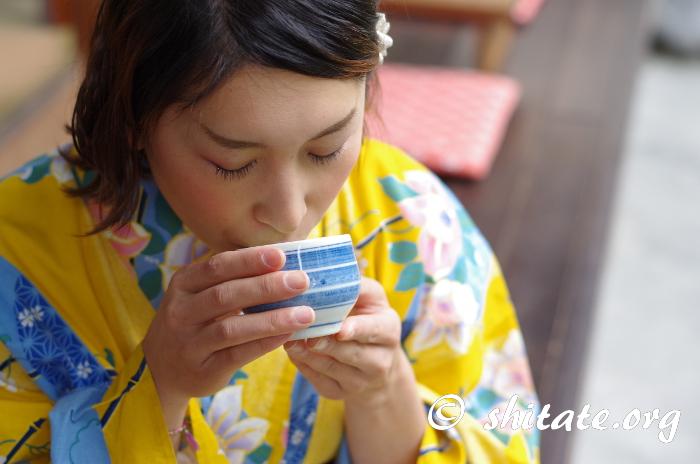 お茶を飲んでくつろぐ浴衣女子