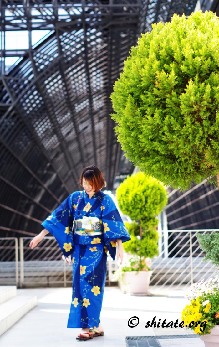 サイバーな感じの京都駅と浴衣女子