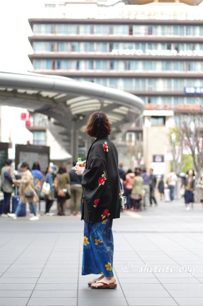 京都タワーを見上げる浴衣女子