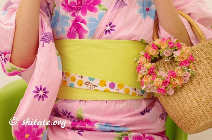 ピンクの浴衣とポップな帯のコーディネート
