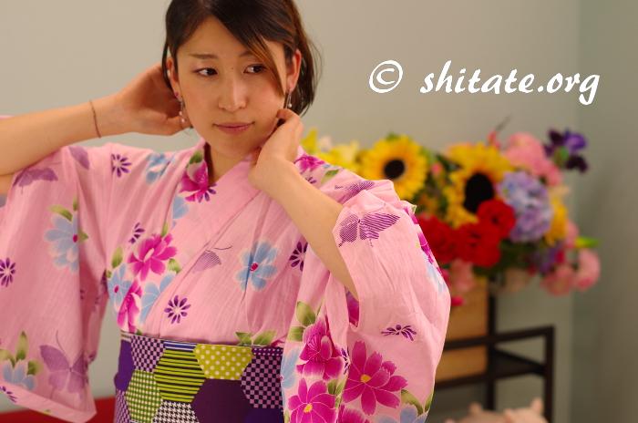 ピンクの浴衣と幾何学模様の帯