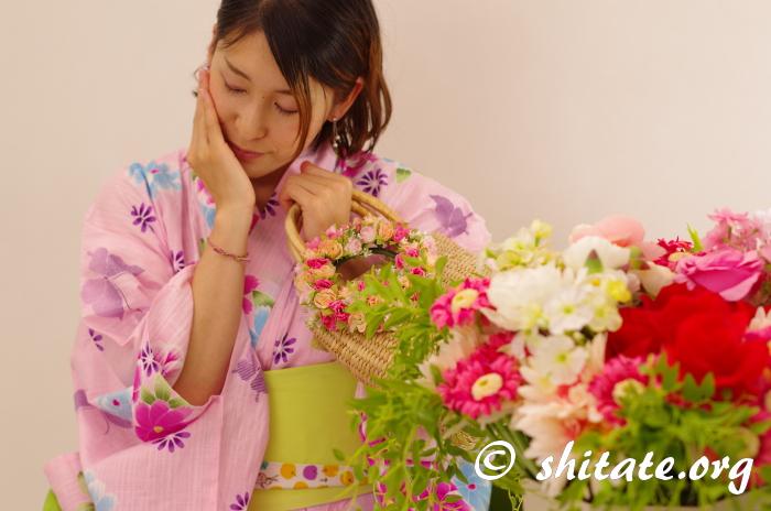ピンク浴衣とポップな帯のコーデ