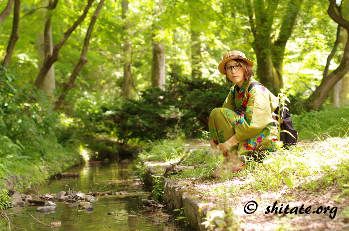 川と緑と伊達眼鏡の浴衣女子