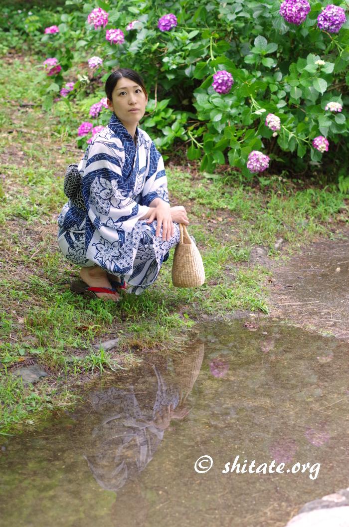 水たまりに映りこむ浴衣女子ポートレート