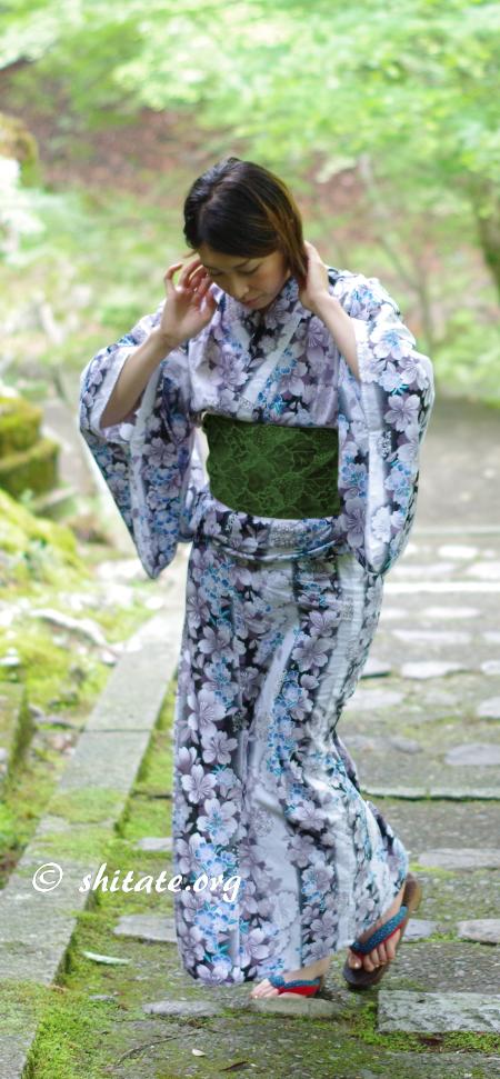 白い浴衣と深緑色の帯のコーディネート