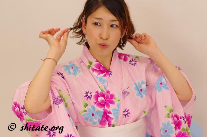 ピンクの浴衣でアイドルポーズ
