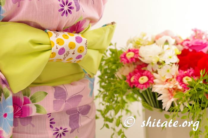 ピンクの浴衣とポップな帯の組み合わせ