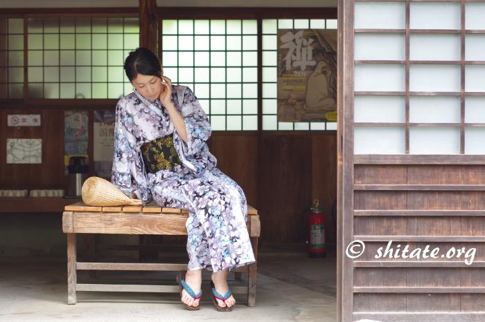 大徳寺の休憩所で休む浴衣女子の写真