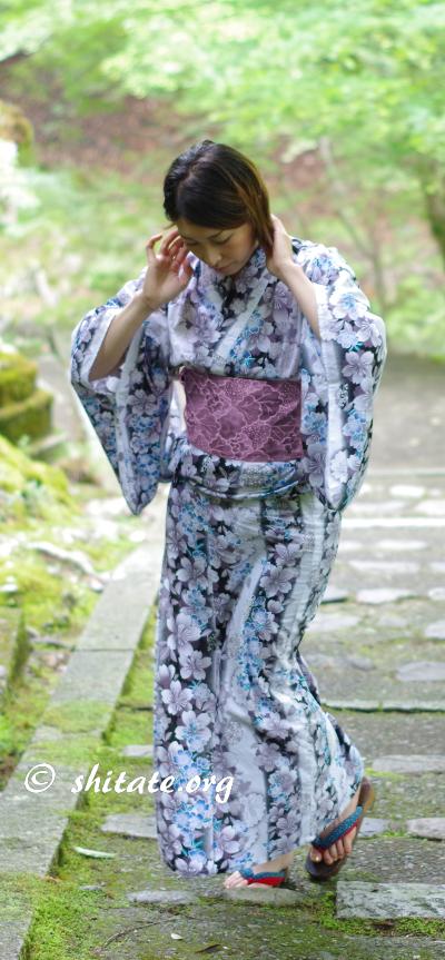 白い浴衣と紫の帯のコーディネート