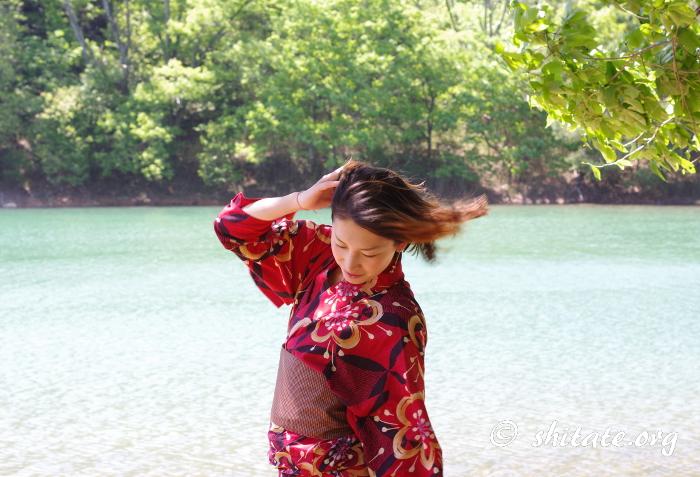 赤い浴衣でポートレート撮影・髪をなびかせる女性