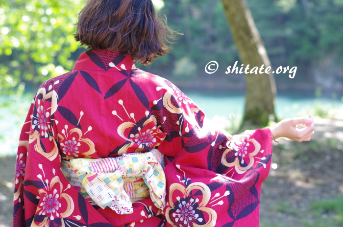 赤い浴衣とポップな帯(後ろ姿)