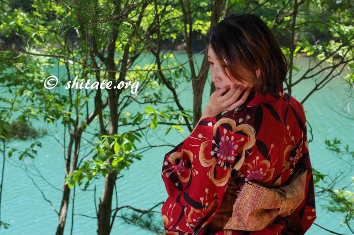 黄昏る赤い浴衣の女性