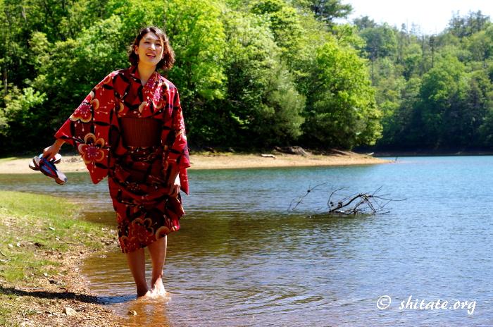 池で水遊びする浴衣女子のポートレート2