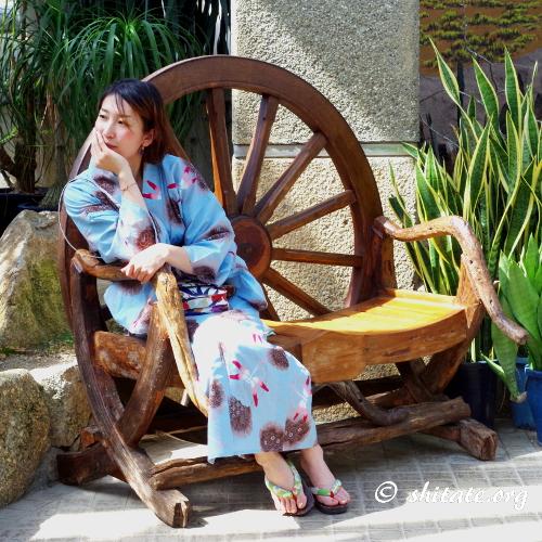 水色の浴衣女子とウエスタンな椅子2