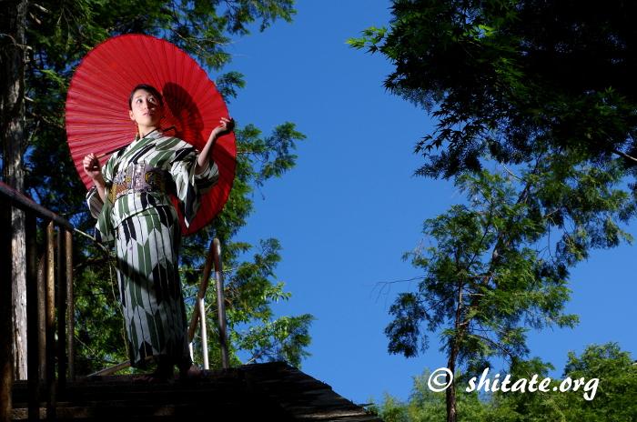 古典柄の浴衣と番傘と青い空©済