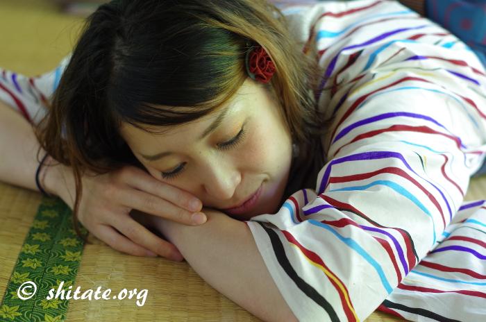 昼寝するモダン浴衣女子
