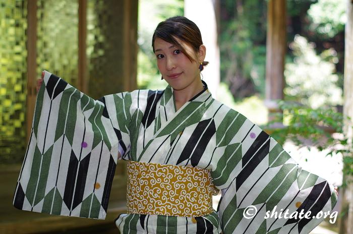 古典柄の浴衣+黄色い唐草の帯のコーデ