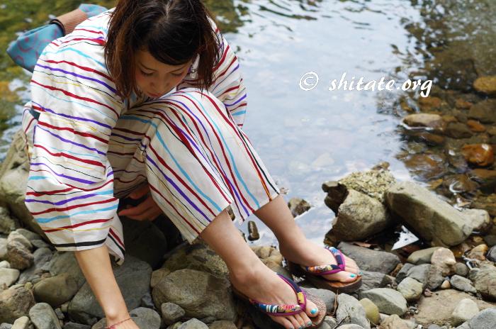 川辺で遊ぶモダン浴衣女子