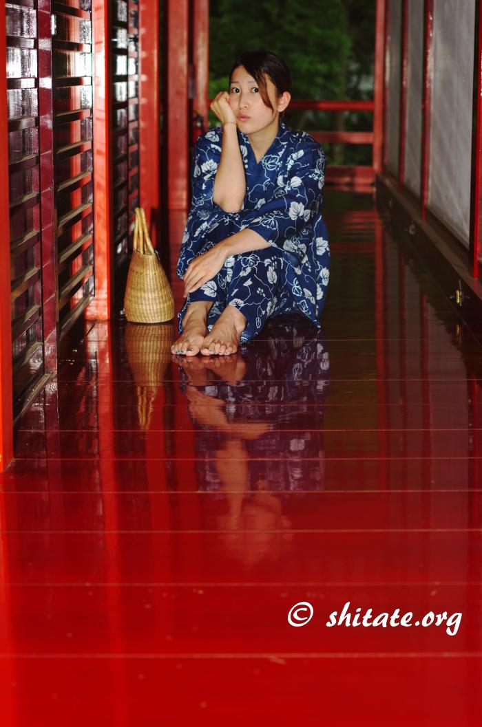 赤い通路と紺の浴衣女子・©済
