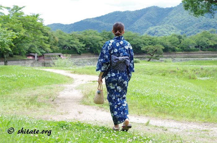 道を歩く紺色浴衣女子