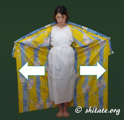 浴衣の着方・左右の軸を合わせるs