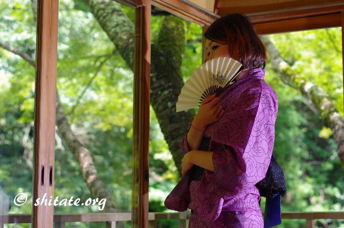 紫の浴衣と扇子でポートレート