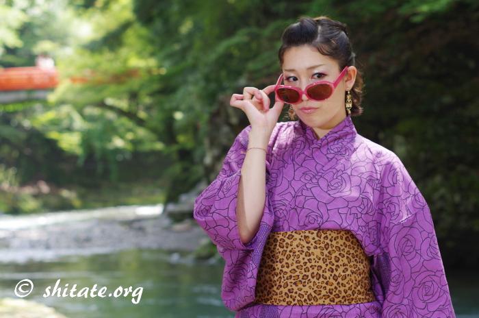 ピンクのサングラス+豹柄の帯