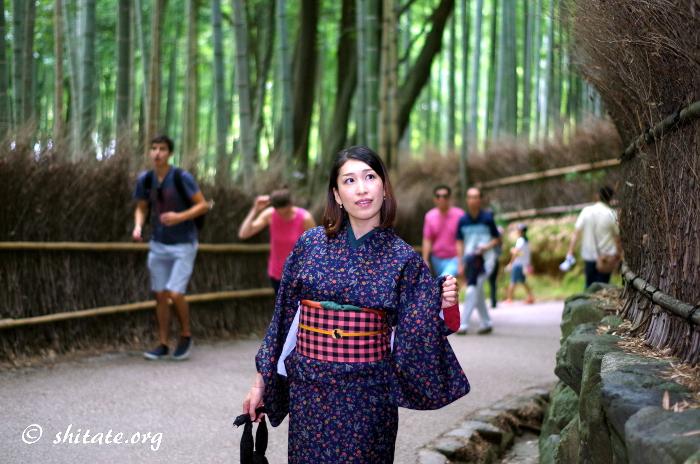 竹林を歩く着物女子