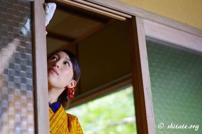 窓をふく着物女子