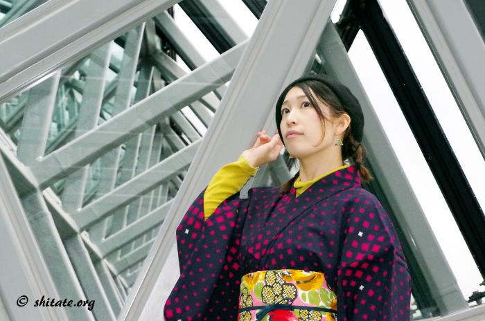 京都駅の空中経路で着物ポートレート写真2